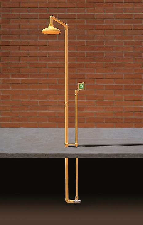Bezpečnostná sprcha exteriérová pre celkový oplach CA1120FP na tehlovom podklade