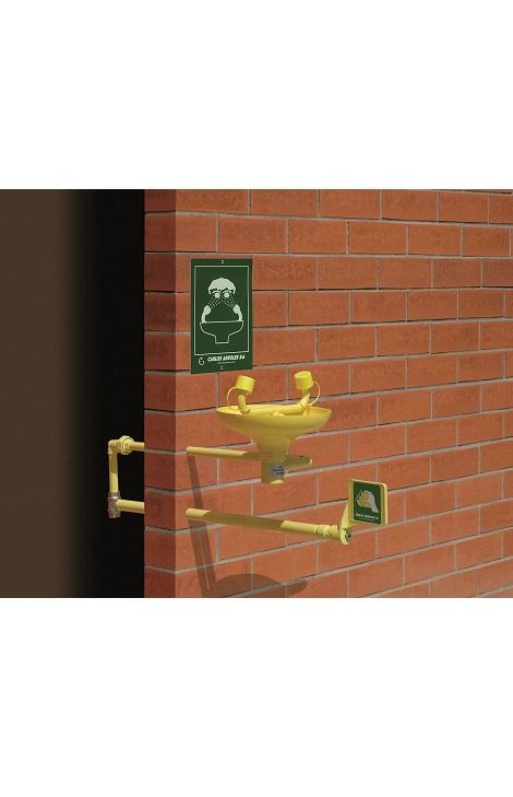 Očná bezpečnostná sprcha CA2210FP s inštalácou do steny a ABS plast výlevkou na tehlovom podklade