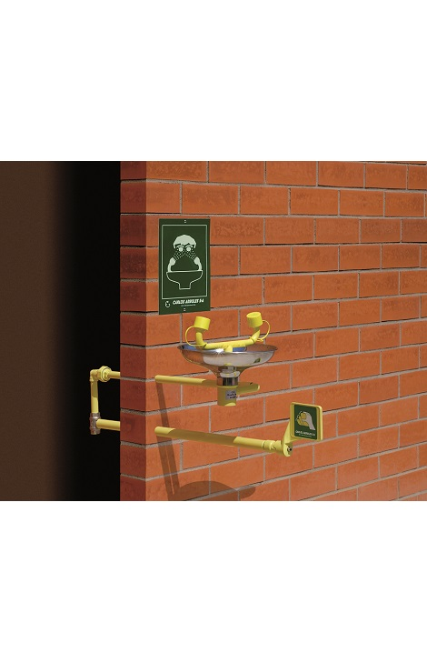 Očná bezpečnostná sprcha CA2210FP-SS s inštalácou do steny a nerezovou výlevkou na tehlovom podklade