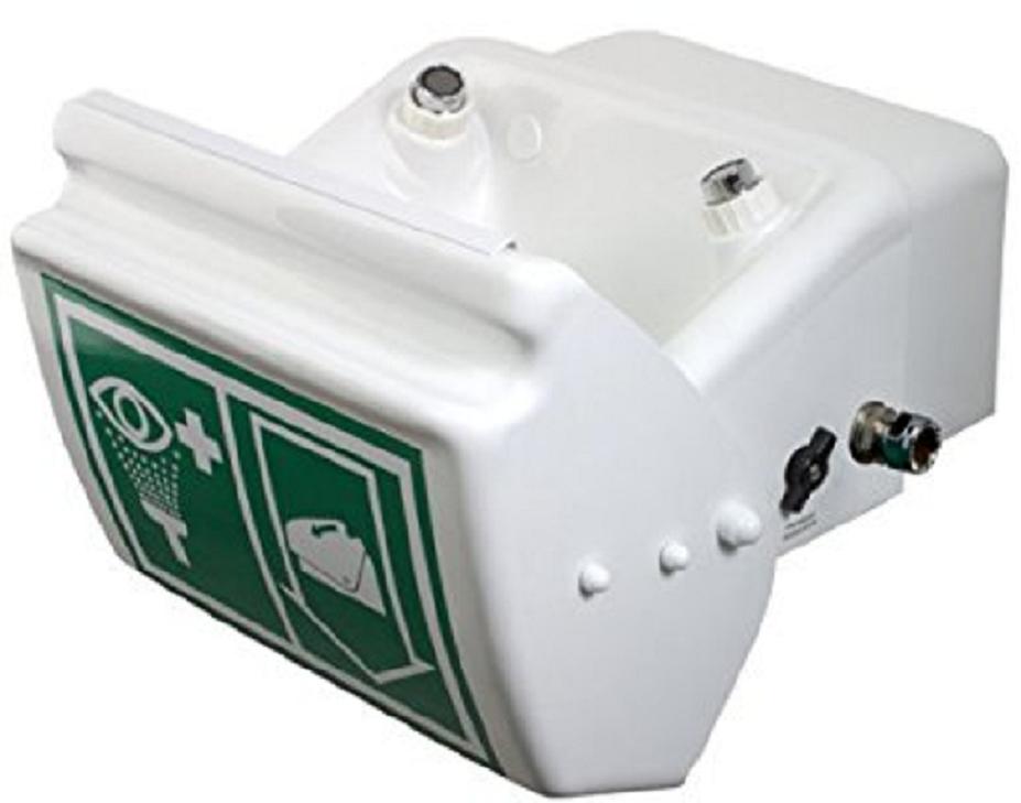 Otvorená biela bezpečnostná sprcha s perlátormi na oplach očí a poklopom s nalepeným piktogramom