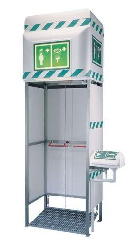Exteriérová havarijná sprcha so zásobníkom pre celkový oplach kombinovaná s očnou sprchou na vonkajšej strane