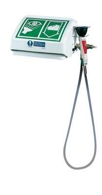 Biela bezpečnostná očná sprcha s otvárateľným poklopom a nalepeným piktogramom a prídavnou ručnou sprchou Optiflex