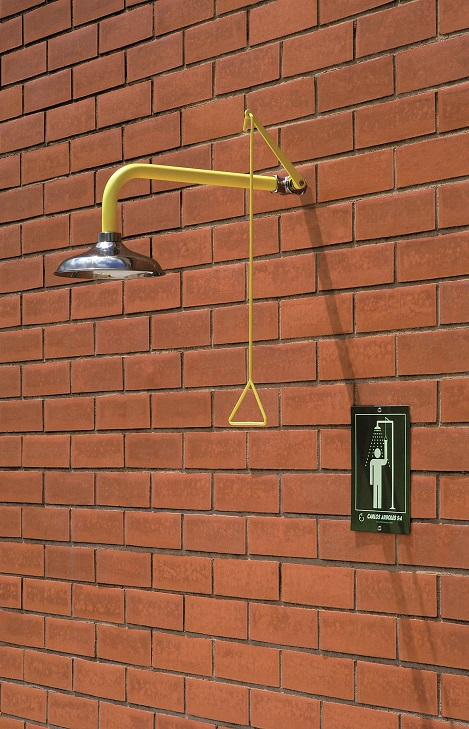 Celková bezpečnostná sprcha celotelová CA1110SS s nerezovou hlavicou na tehlovom podklade