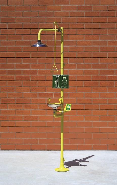 Kombinovaná bezpečnostná sprcha celotelová a očná CA4220SS s nerezovou hlavicou a výlevkou na tehlovom podklade