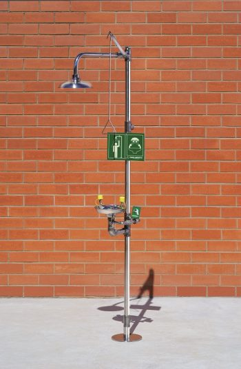 Kombinovaná bezpečnostná sprcha celotelová a očná CA4220TI v nerezovom prevedení na tehlovom podklade