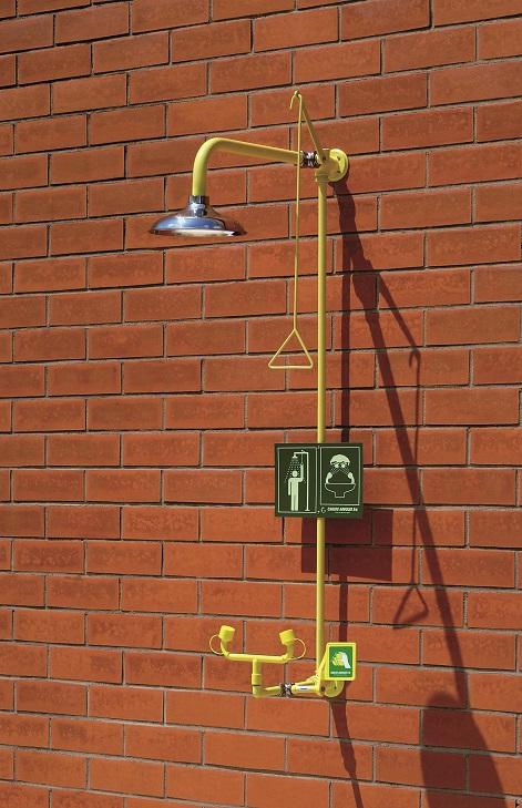 Kombinovaná bezpečnostná sprcha celotelová, očná a ručná CA4280SS na stenu s nerezovou hlavicou a výlevkou na tehlovej stene