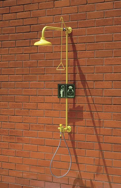 Kombinovaná bezpečnostná sprcha celotelová a ručná CA4290 na stenu s ABS plast hlavicou na tehlovej stene