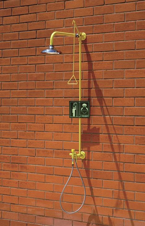 Kombinovaná bezpečnostná sprcha celotelová a ručná CA4290SS na stenu s nerezovou hlavicou na tehlovej stene