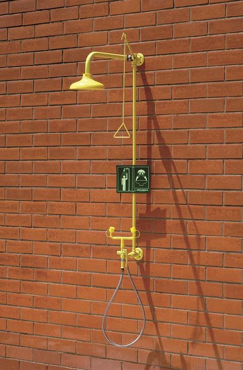 Kombinovaná bezpečnostná sprcha celotelová, očná a ručná CA4295 na stenu s ABS-plast hlavicou na tehlovej stene