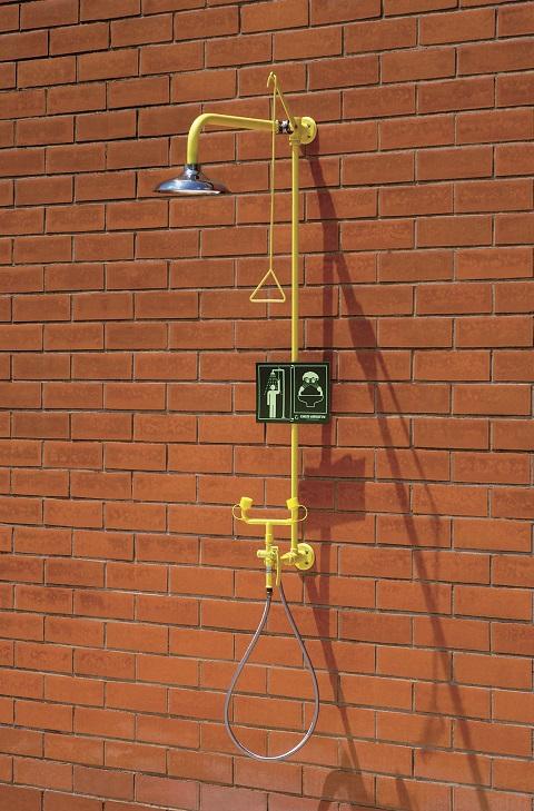 Kombinovaná bezpečnostná sprcha celotelová, očná a ručná CA4295SS na stenu s nerezovou hlavicou na tehlovej stene