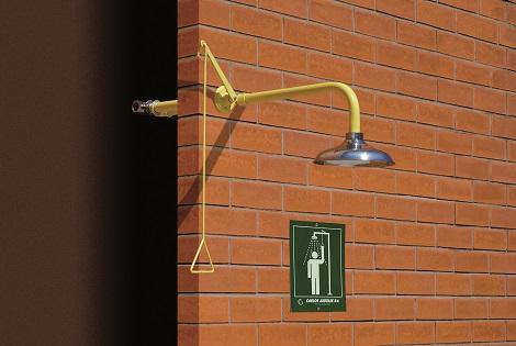 Nemrznúca - exteriérová celková bezpečnostná sprcha celotelová CA1110FP do steny s nerezovou hlavicou na tehlovom podklade