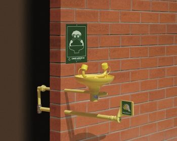 Očná bezpečnostná sprcha nemrznúca exteriérová CA2210FP s inštalácou do steny a ABS plast výlevkou na tehlovom podklade