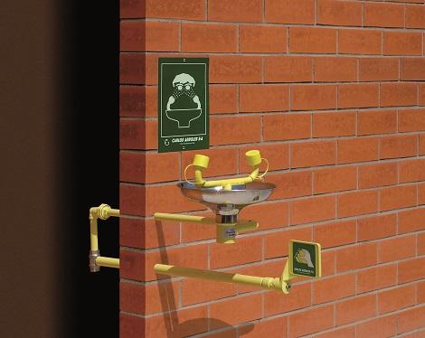 nemrznúca exteriérová očná bezpečnostná sprcha CA2210FP s inštalácou do steny a nerezovou výlevkou na tehlovom podklade