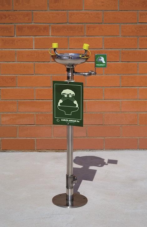 Očná bezpečnostná sprcha CA2220TI nerezová s inštalácou na zem na tehlovom podklade