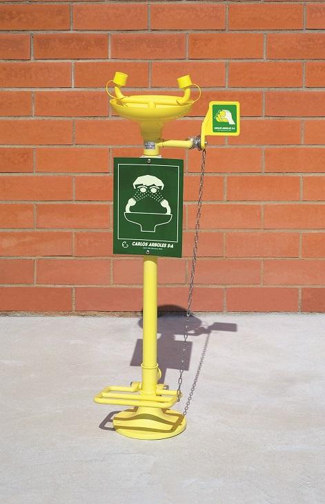 Očná bezpečnostná sprcha CA2710 s nášľapným pedálom, ABS plast výlevkou a inštaláciou na zem na tehlovom podklade