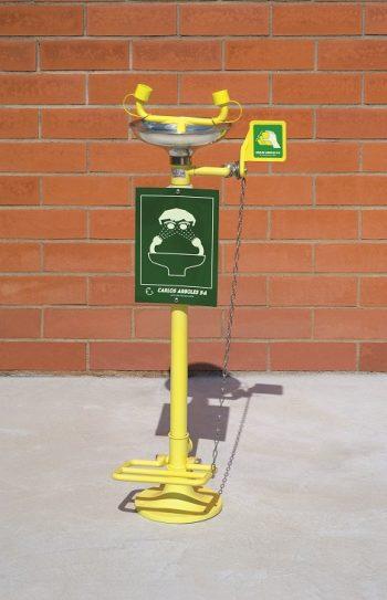 Očná bezpečnostná sprcha CA2710SS s nášľapným pedálom a nerezovou výlevkou, inštalácia na zem na tehlovom podklade