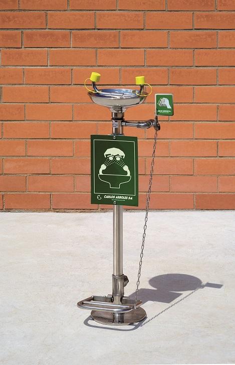 Očná bezpečnostná sprcha CA2710TI nerezová s nášľapným pedálom a inštaláciou na zem na tehlovom podklade