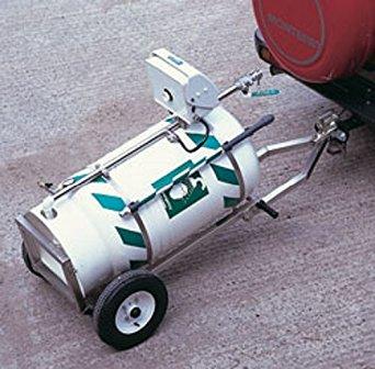 Mobilná bezpečnostná sprcha so zásobníkom vody vybavená rámom na prepravu pripevnená na ťažné zariadenie motorového vozidla