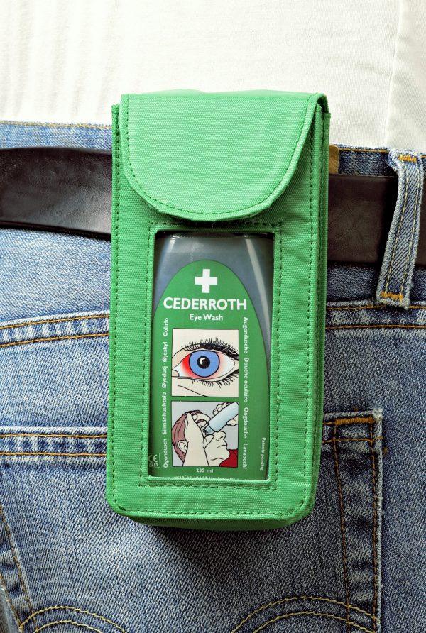 Zelené puzdro 7203 s očnou vodou 7221 na opasku na riflových nohaviciach