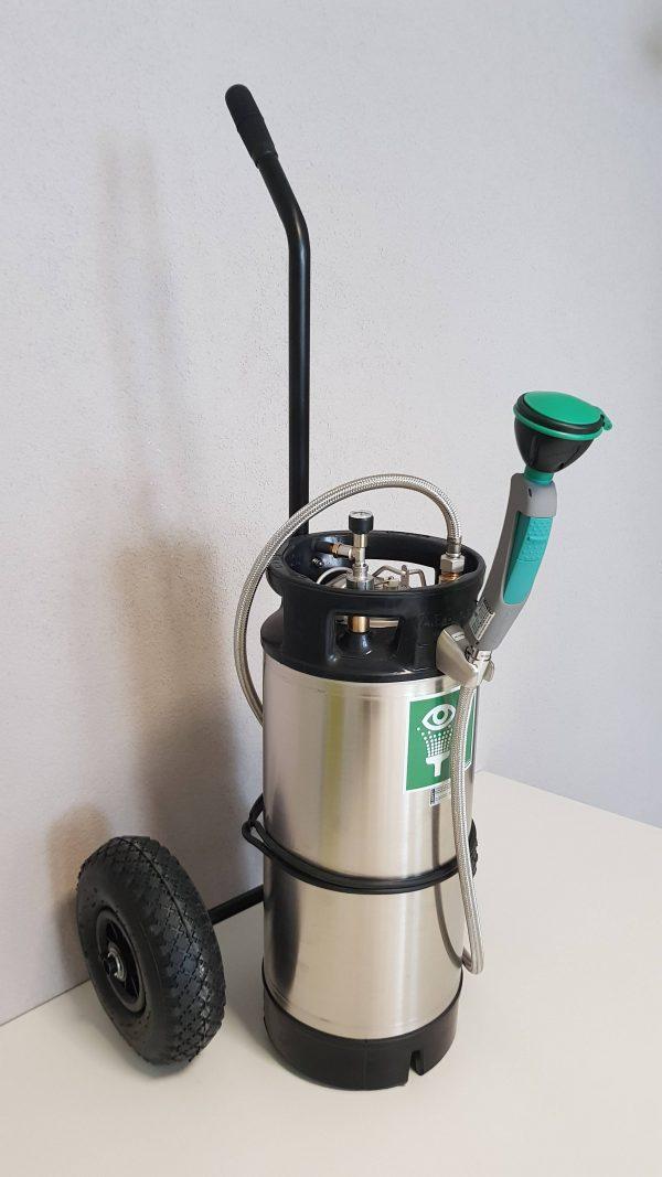 Mobilná núdzová sprcha na kolieskach s ručnou sprchou a nerezový 16l zásobník vody s rúčkou