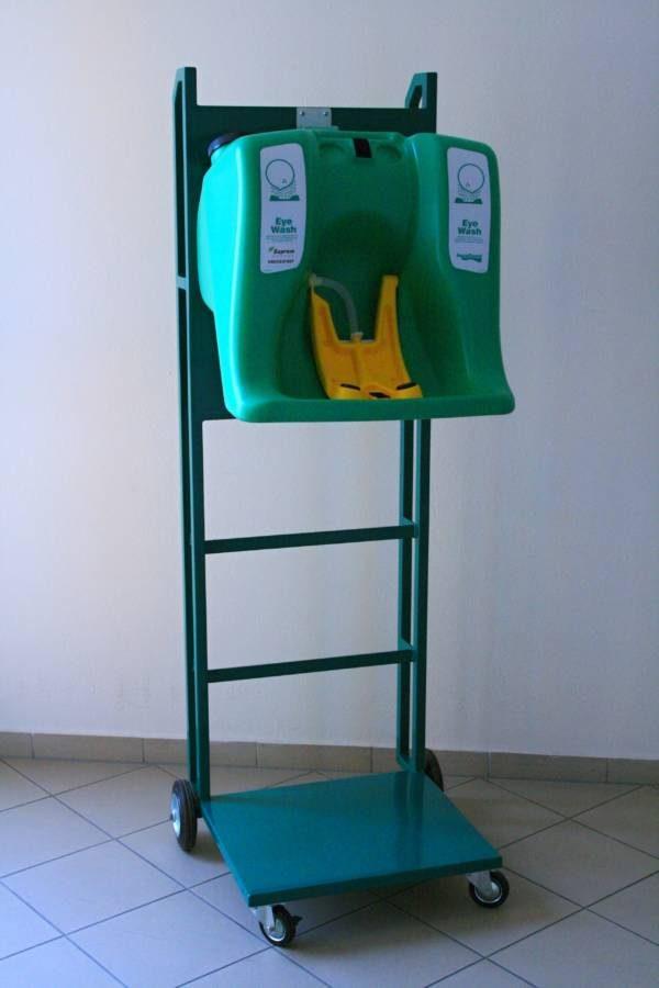 Zelený kovový vozík s kolieskami s prenosnou očnou havarijnou sprchou G1540